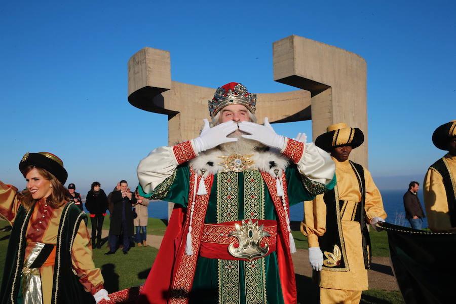 Los Reyes Magos llegan a Gijón en helicóptero y abarrotan la plaza del Marqués