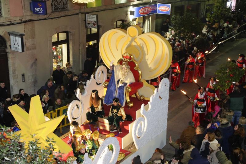 Colorida cabalgata de los Reyes en Llanes