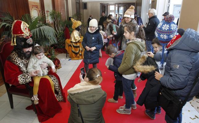 Rostros de ilusión y muchos deseos en la recepción de los Reyes Magos en el Campoamor
