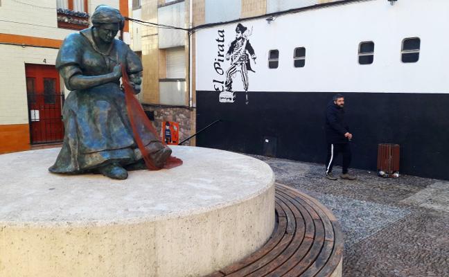 La escultura de bronce de 'La Redera' ya luce en la plaza de La Estrecha