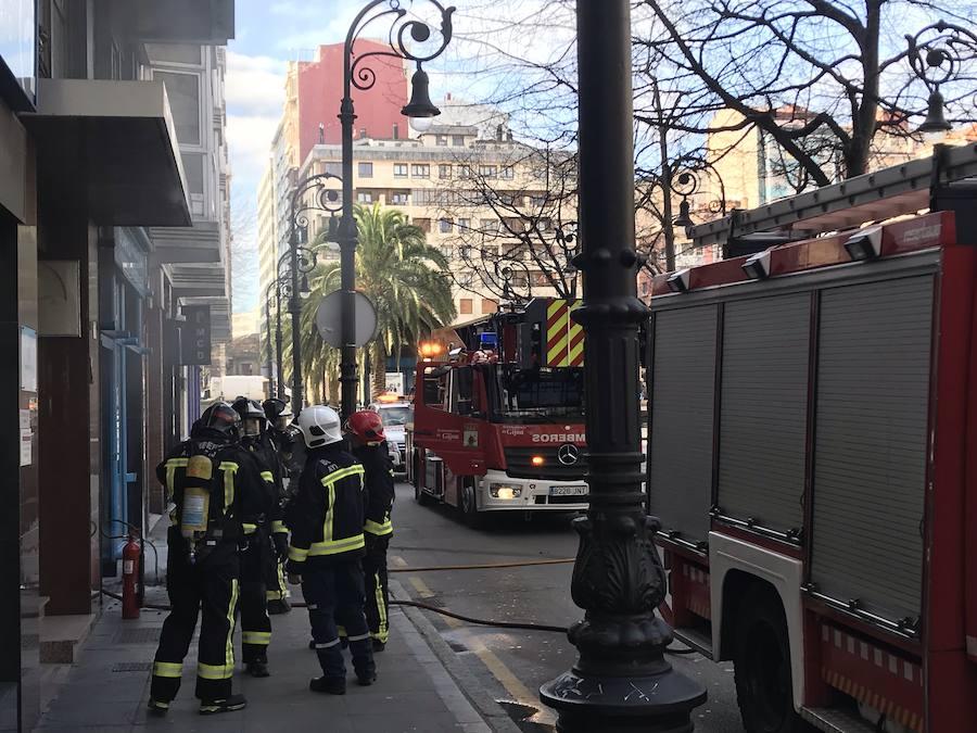 Un incendio en un bajo comercial de Gijón provoca una intensa humareda