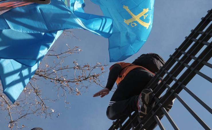 La protesta de los trabajadores de Alcoa se endurece ante Industria