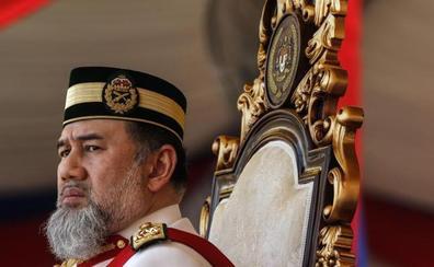 El rey de Malasia abdica para casarse con una miss rusa de 25 años
