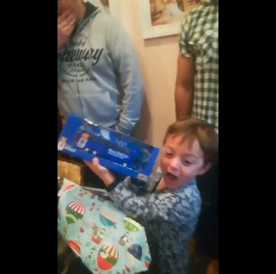 Vídeo: La emoción de un niño oviedista al recibir un regalo de su equipo