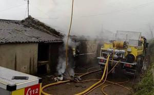 El fuego calcina una cuadra en Castropol