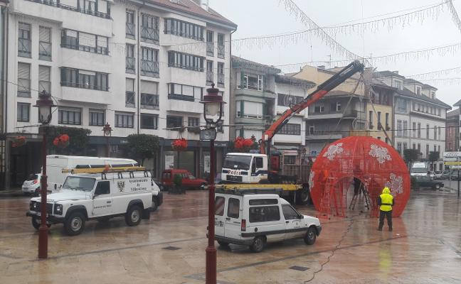Los operarios empiezan a retirar la decoración navideña de la Villa