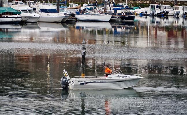La baliza del puerto deportivo riosellano vuelve a su sitio nueve meses después