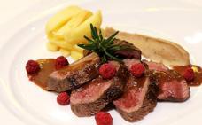 Lomo de venado marinado y asado con especias de monte y frambuesas