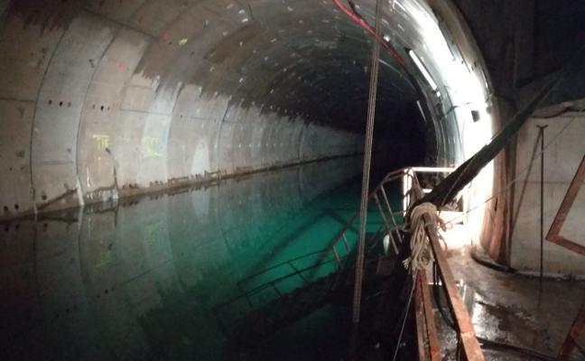 La extracción del agua acumulada en el túnel del metrotrén de Gijón finalizará en dos meses