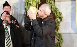 Carlos Sobera y Sergio Sauca besan el nabo en Morcín