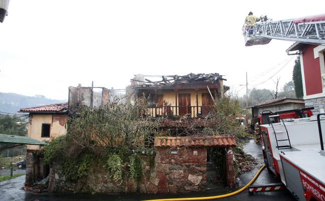 Un incendio destruye una vivienda en Las Segadas y deja un herido leve