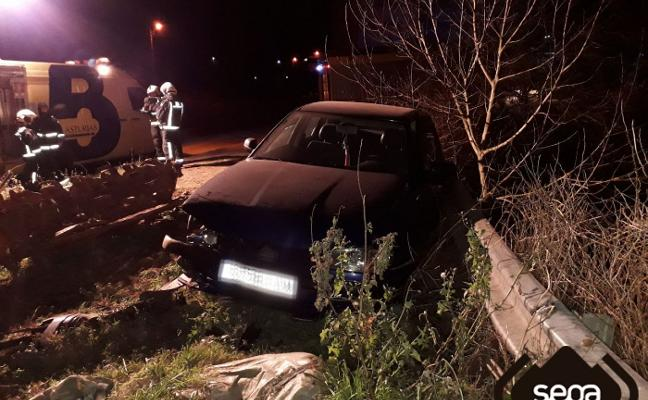 Muere un hombre mientras conducía y su coche se estrella en Coaña