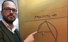 Vox denuncia un acto vandálico contra el despacho de su candidato en Asturias