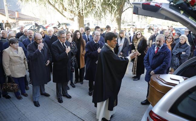 Multitudinaria despedida en Santa María de Pola de Laviana a Bernardino Sánchez