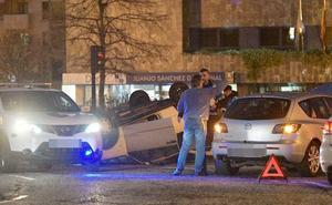Herida una joven tras volcar su coche en la glorieta de la Cruz Roja, en Oviedo