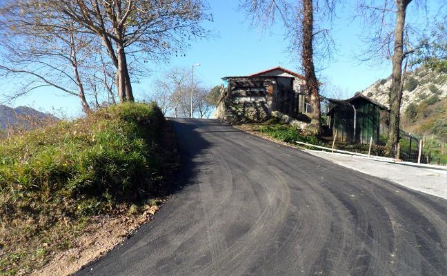 Llanes finaliza la reparación de caminos en Villa, Caldueñín y Ardisana