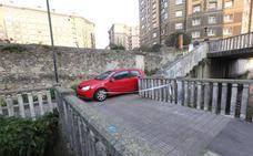 Un gijonés ebrio baja con el coche por unos escalones en Avilés y le echa la culpa al GPS
