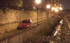 Un conductor borracho se queda encallado en una acera y dice que le confundió el GPS del coche