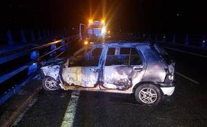 Se incendia un coche en la A-63 a la altura de Grado