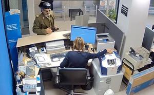Con uniforme y tricornio de guardia civil: el increíble robo de un banco en Badajoz