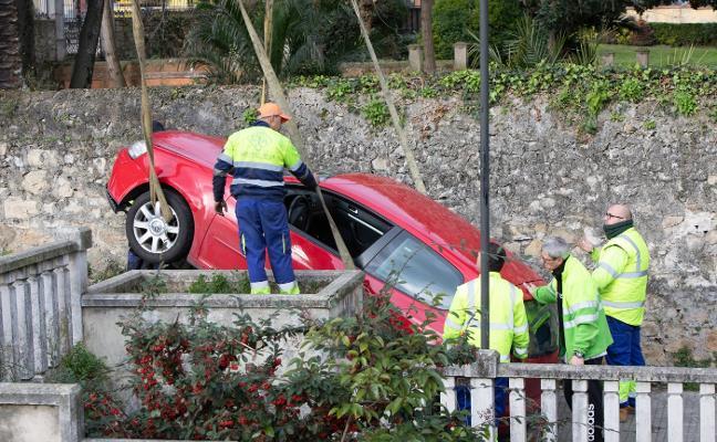 La rocambolesca caída de un coche por unas escaleras en Avilés
