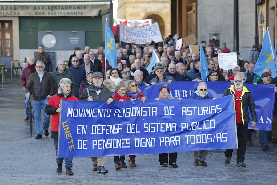 Los pensionistas llevan sus reivindicaciones a las calles de Gijón