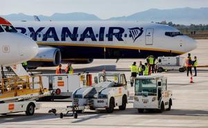 Ryanair vuelve a rebajar su previsión de beneficios