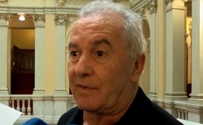 Víctor Manuel apenas contiene su emoción en el velatorio de Álvarez Areces