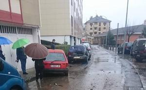 Un todoterreno se empotra contra cuatro vehículos estacionados y se da a la fuga en Cangas del Narcea