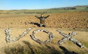 Indignación en Twitter con un cazador que formó la palabra Vox con conejos muertos