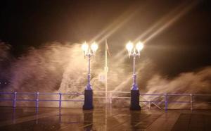 El fuerte oleaje que deja el temporal en la playa de San Lorenzo en Gijón