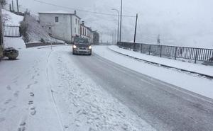 La nieve obliga a usar cadenas en doce puertos y cierra Pajares a camiones