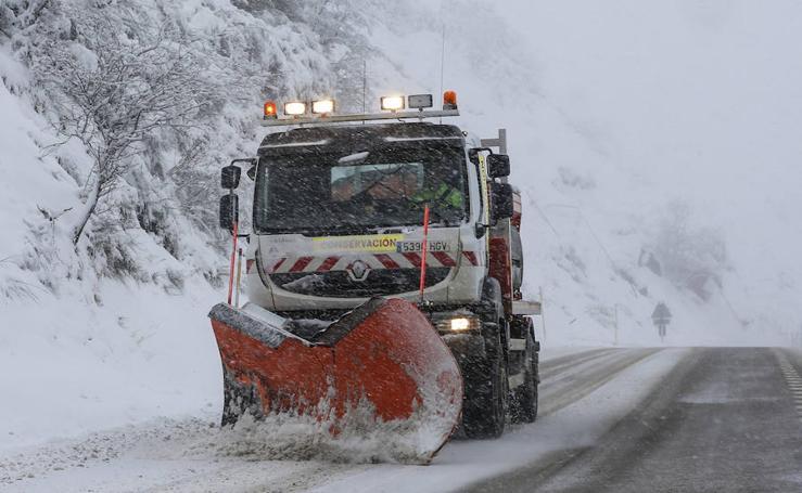 La nieve dificulta la circulación por carretera en varios puntos de Asturias