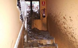 Un desprendimiento de tierra obliga a desalojar un edificio de viviendas en Mieres