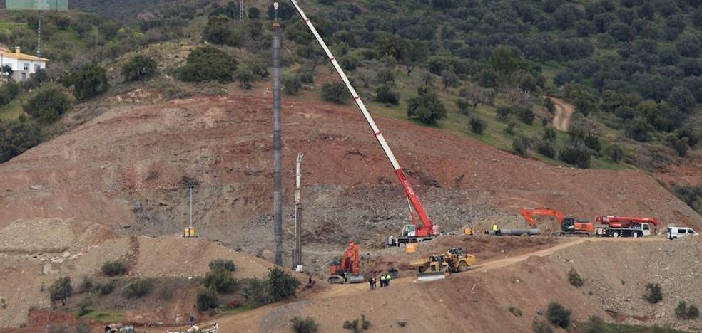Los mineros, a la espera de un tubo de menor grosor para finalizar el pozo