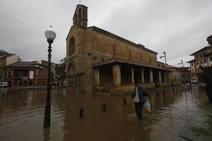 El agua deja en Villaviciosa calles anegadas y parcelas inundadas