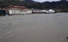 La crecida del Sella obliga a cortar la carretera entre Arriondas y Llovio