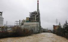 El desbordamiento del río Nalón paraliza la térmica de Lada