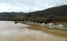 Riberas, en Soto del Barco, aislado por el desbordamiento del Nalón