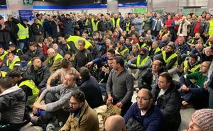 Diez heridos en los enfrentamientos entre taxistas y policías en Madrid