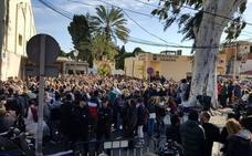Ultimo adiós a Julen en El Palo entre lágrimas, flores y aplausos