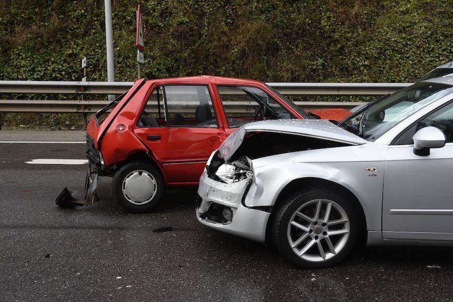Varios vehículos implicados en un accidente en la ronda exterior de Oviedo