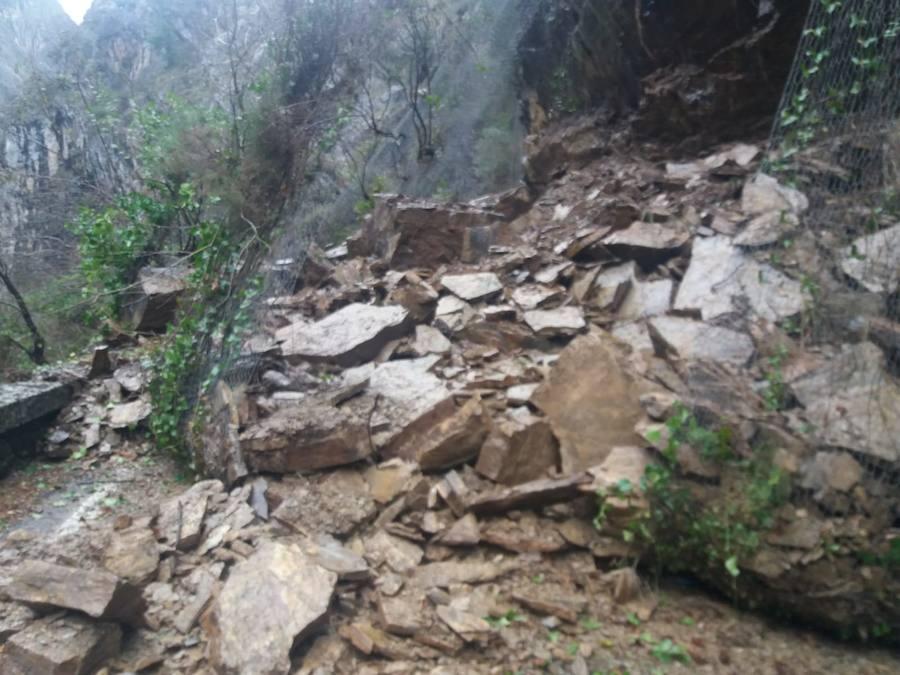 Un argayo corta la carretera entre Asturias y León por el puerto del Pontón