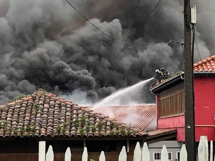 Un fuego quema la fábrica de embutidos de Albandi, en Carreño