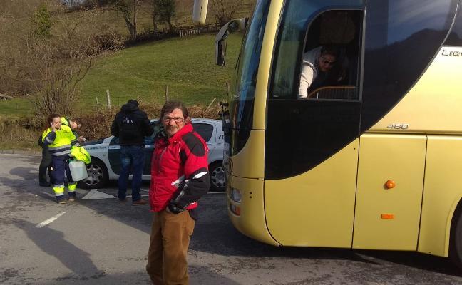 Una avería en el autobús alternativo al tren en Aller se ceba con los viajeros