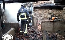 Extinguido el incendio que calcinó una panera en el pueblo tinetense de Cornás