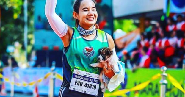 Se encuentra un cachorro abandonado en mitad de un maratón y corre con él en brazos hasta la meta