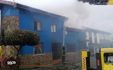 Un incendio arrasa el tejado de una vivienda en Castrillón