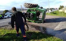 Un tractor se parte en dos tras colisionar con un turismo en Luarca