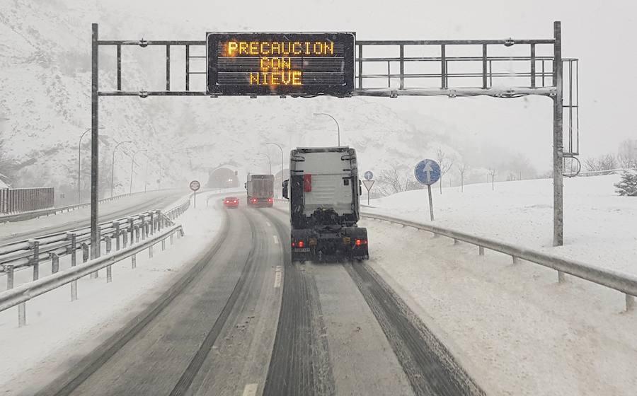Las intensas nevadas de la borrasca 'Helena' complican el tráfico en Asturias